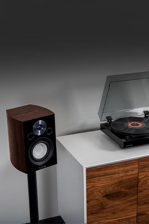 Fluance XL8SW Bookshelf Speaker with record player